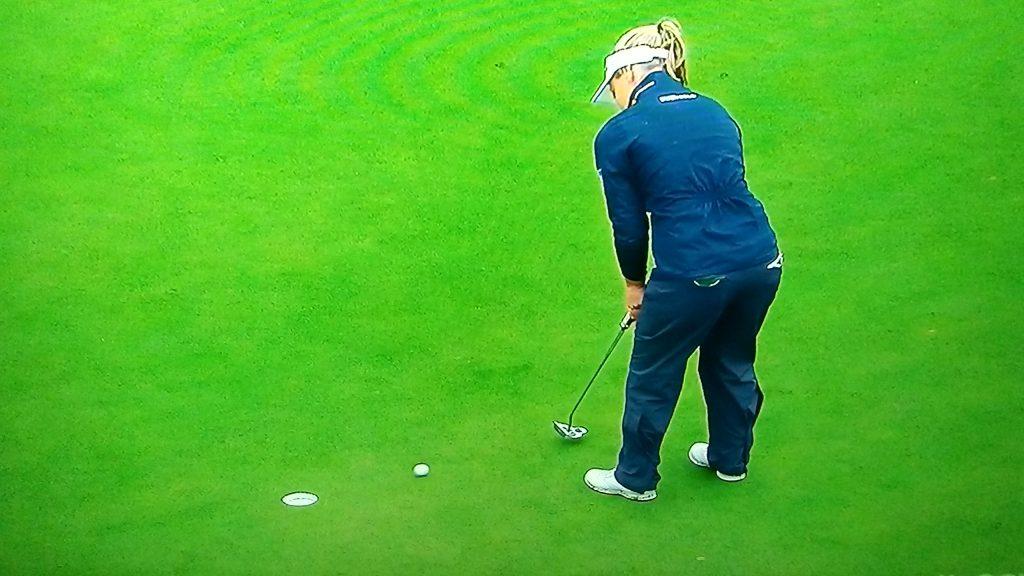 Henderson rolls in her birdie putt at the final hole.